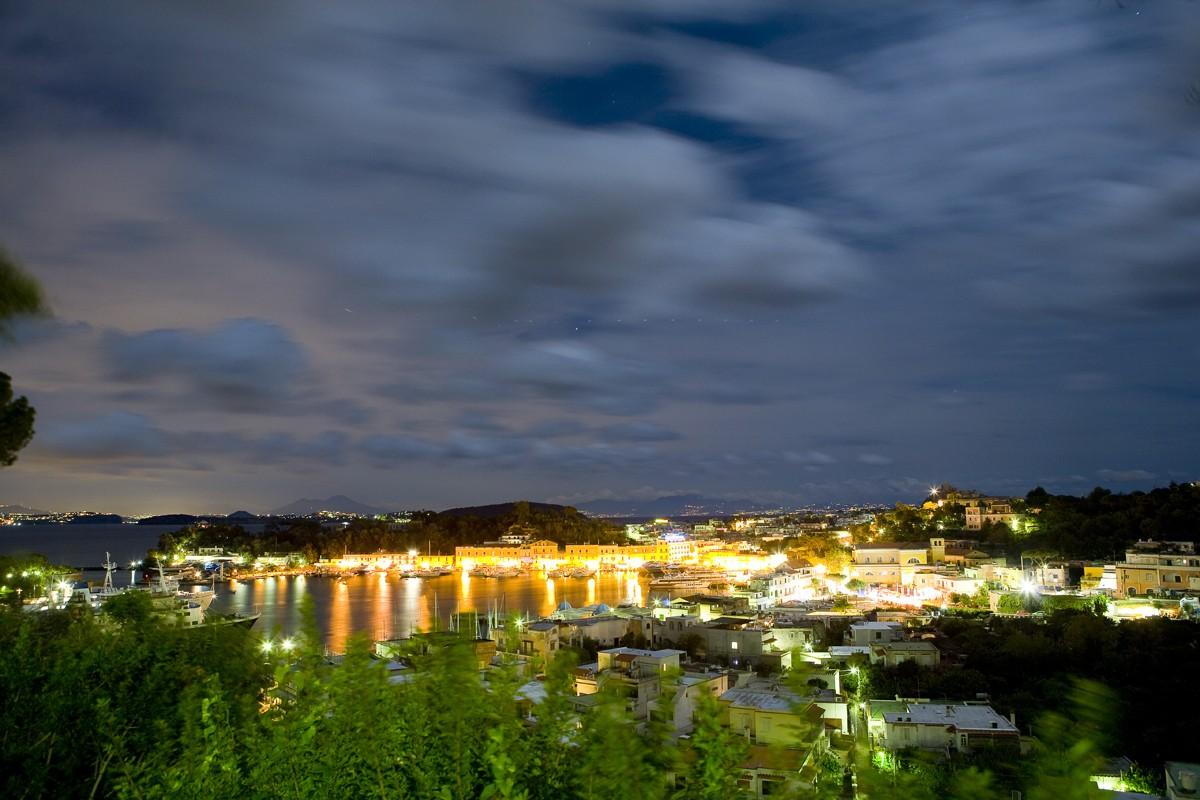La riva destra del porto di Ischia con i suoi locali tipici